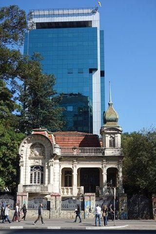 Bresil- Sao Paulo: Avenue Paulista entre ancien et nouveau. Cette maison ne pourra jamais etre rase car faisant partie du Patrimoine de la ville.