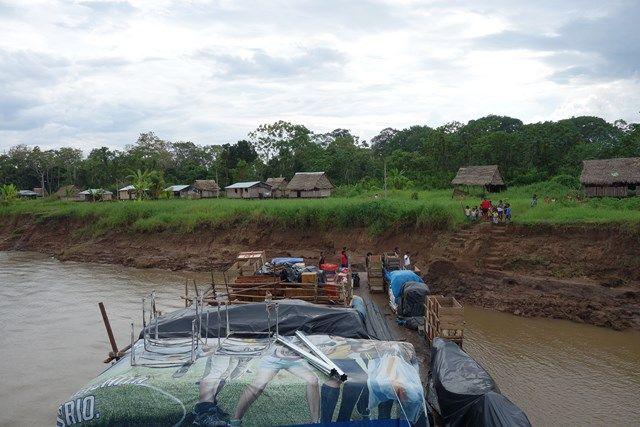 Voyage au Perou- Le bateau de la mort: Nous nous arretons plusieurs fois pour apporter des produits aux différentes communautés tels que nourriture, boissons, glace, motos...