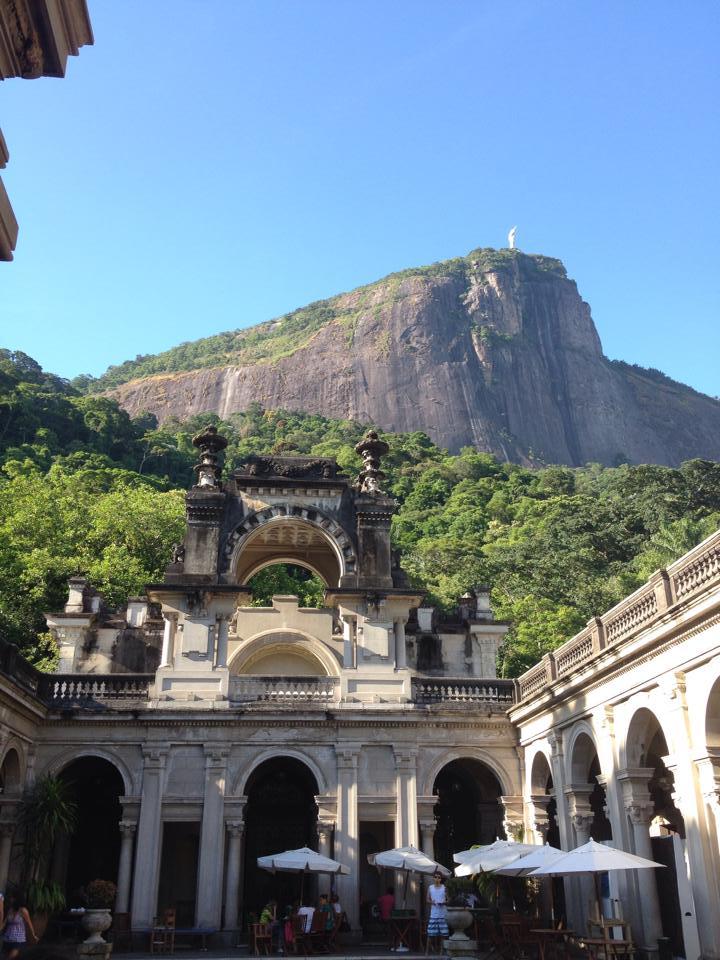 Bresil- Rio de Janeiro: En levant les yeux du Parc Laje, vous pouvez apercevoir le Christ Redempteur.